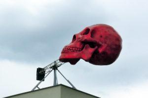 Punainen pääkallo toivottaa tervetulleeksi Prahan nykytaiteen museoon. Kuva: Sergejf, Flickr CC