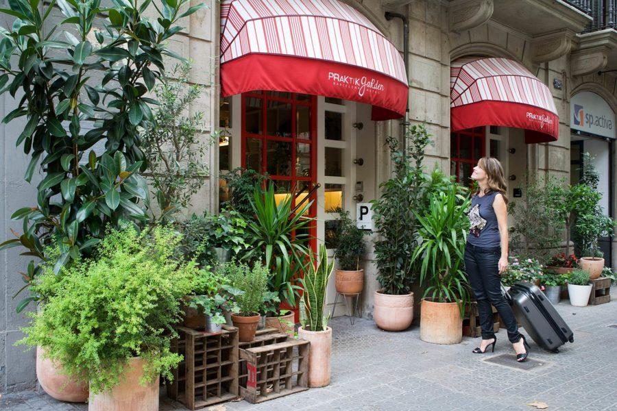 Hotellin sisäänkäynti © Praktik Garden