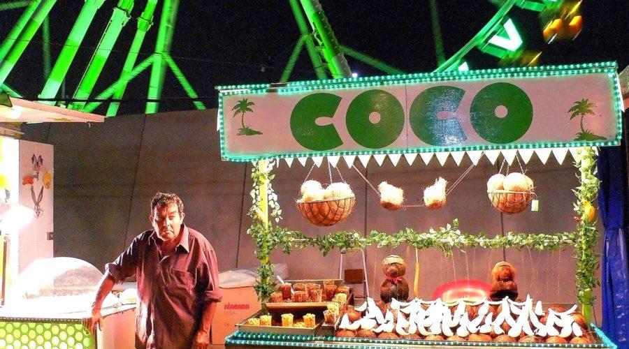 Kookoskauppias Barcelonan Feria de Abrilissa © tripsteri.fi / Tuulia Kolehmainen