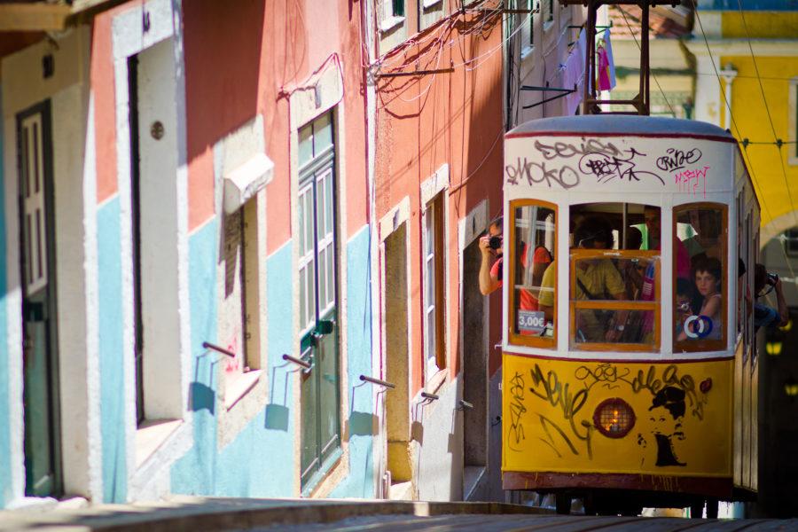 Lissabonin erikoisuuksiin kuuluvat ylämäkiratikat. Kuva: Luis Calçada, Flickr.com, CC BY-ND 2.0.