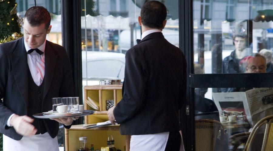 Les Deux Magots -ravintolan garçonit. © tripsteri.fi / Anuliina Savolainen