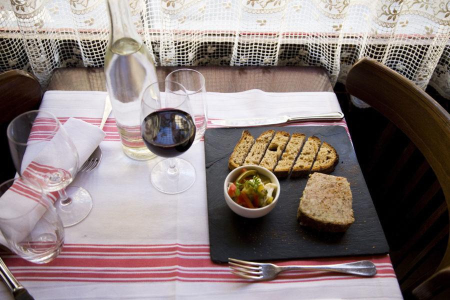 Perinteinen pariisilaisravintola pitsiverhoineen. © tripsteri.fi / Anuliina Savolainen