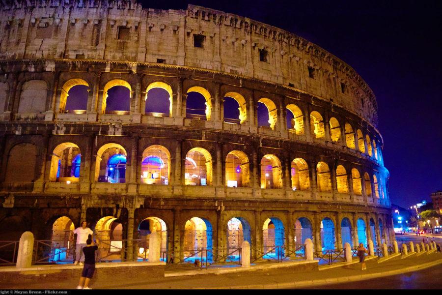 Colosseum yövalaistuksessa © Moyan Brenn Flickr.com CC