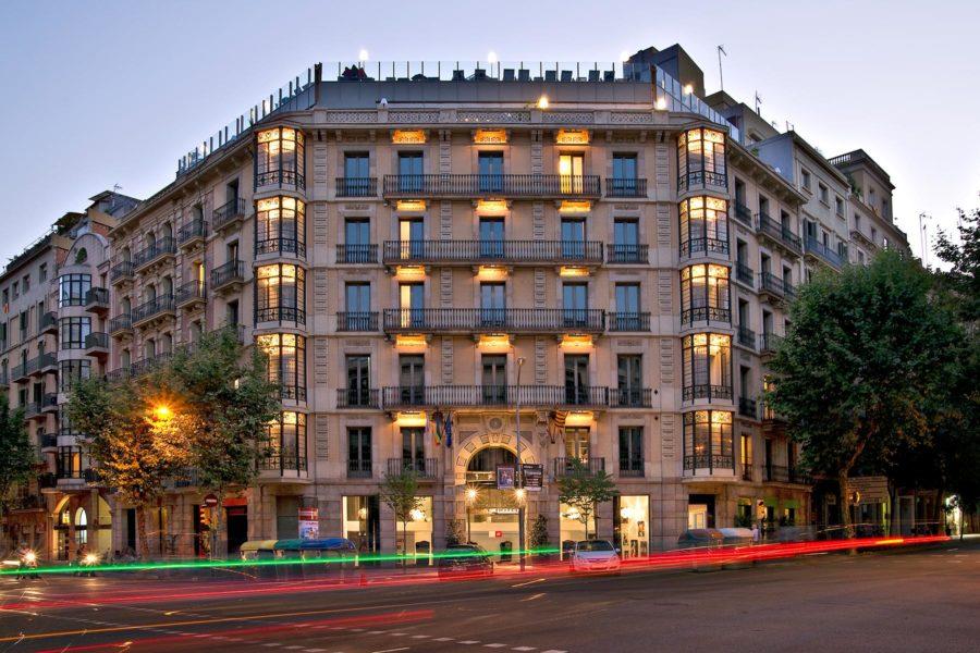 Hotelli sijaitsee modernistisessa rakennuksessa aivan ydinkeskustan tuntumassa. © Axel Hotels