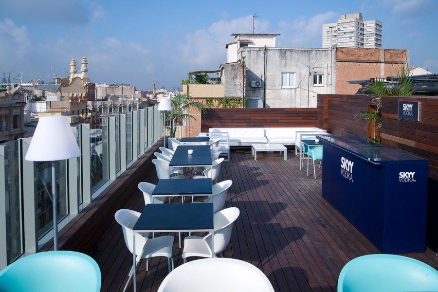 Ylhäällä Sky Barissa vietetään usein villejä bileitä. © Axel Hotels