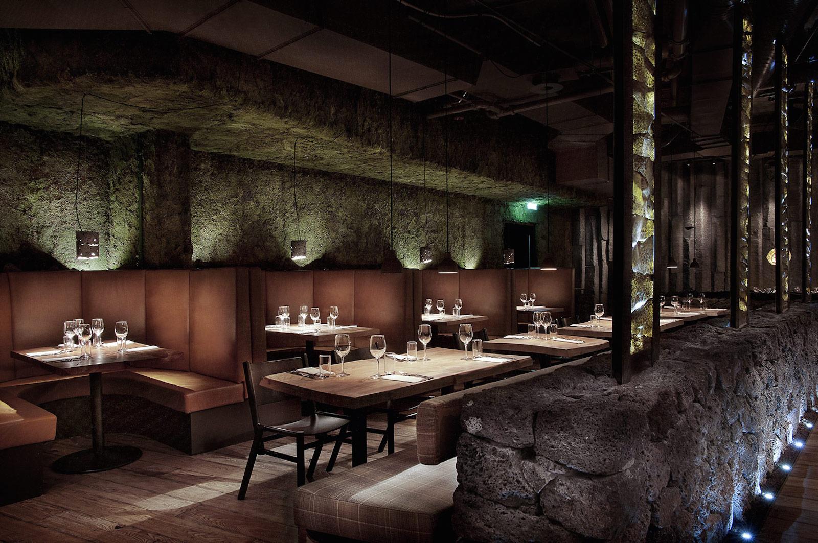 Yksi Reykjavikin parhaita ravintoloita: Grillmarkaðurinn. Plussaa laavafiiliksestä! (Kuva: Grillmarkaðurinn)