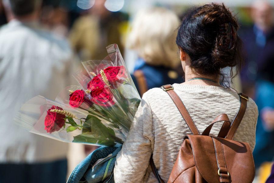 Sant Jordin päivänä naiset saavat ruusuja. Kuva: Miquel Coll, Palau Robert, flickr.com, CC BY-ND 2.0