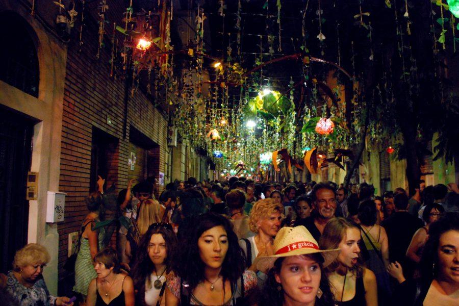 Ihmisvilinää Gràcian vuotuisessa katujuhlassa. © tripsteri.fi / Tuulia Kolehmainen