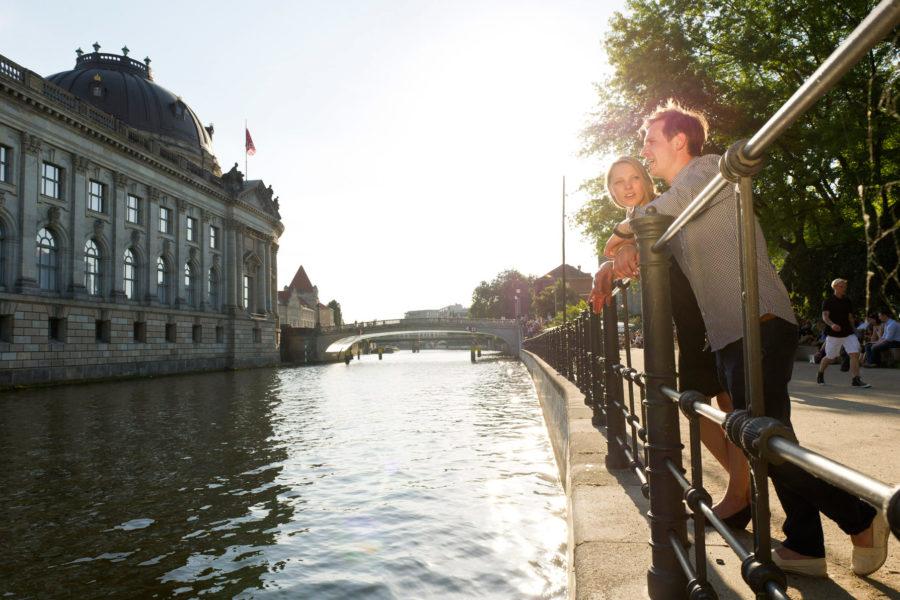 Monbijou-puistosta näkee Spree-joen yli museosaarekkeelle. © visitBerlin, Philip Koschel