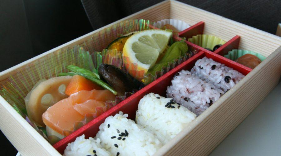 Kasvisruokaa lounasboksissa. Kuva: sodai gomi, flickr.com, CC BY-SA 2.0.