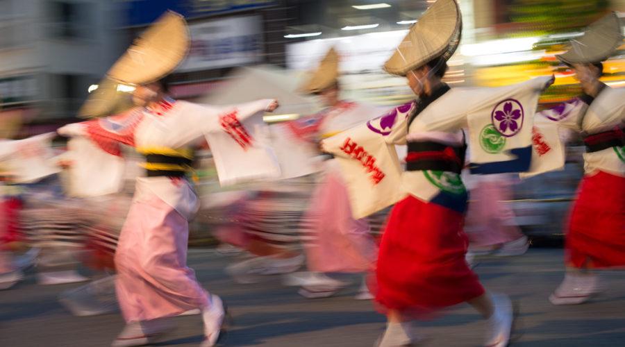 Koenjissa järjestetään joka elokuu Awa Odori -matsurijuhla upeine esiintyjineen. Kuva: Takashi Hososhima, flickr.com, CC BY-SA 2.0.