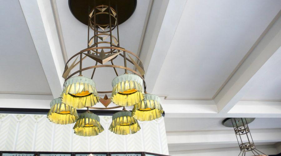 Grand Cafe Orientin sisustusta hallitsevat kubistiset kattolamput