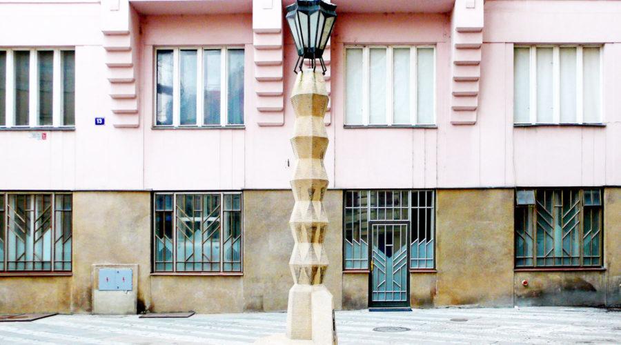 Prahan ainoa kubistinen lyhtypylväs löytyy Plaza Jungmannovolta.