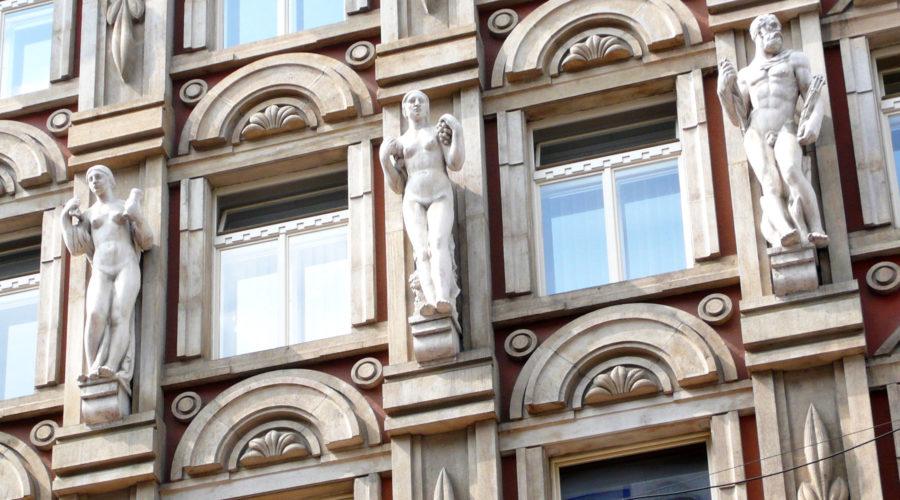 Rondokubistisissa taloissa voi olla koristeina näyttäviä patsaita.