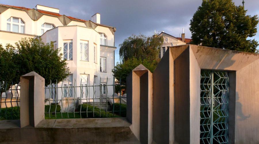 Kubistinen aita ja huvila osoitteessa Calle Libušina 3.