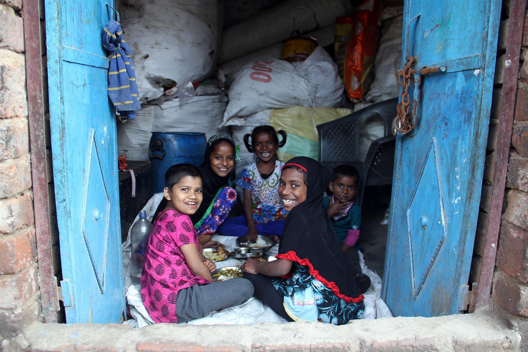 Lasten lounashetki Delhiläisessä slummissa ©Pia Heikkilä