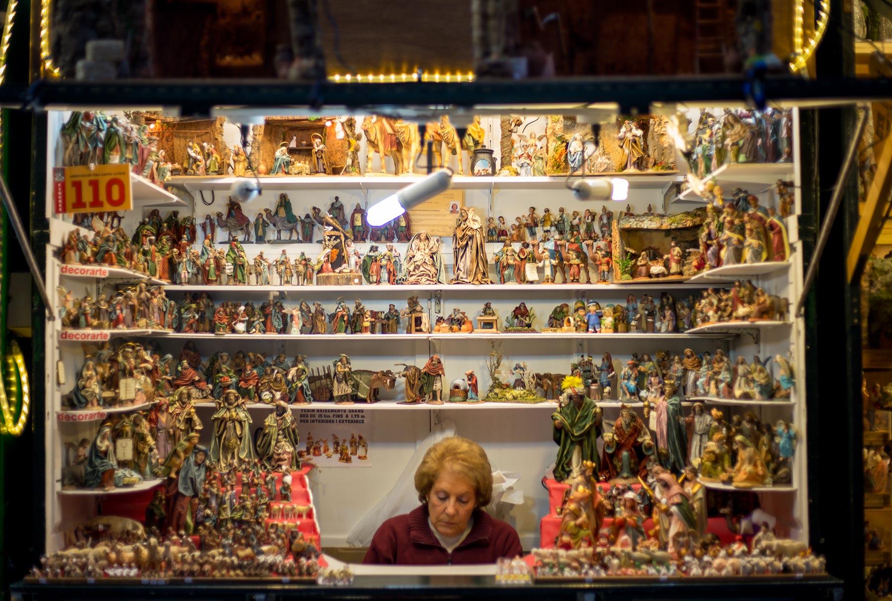 Seimirekvisiitan kauppias Santa Llúcian joulumarkkinoilla. © tripsteri.fi / Tuulia Kolehmainen