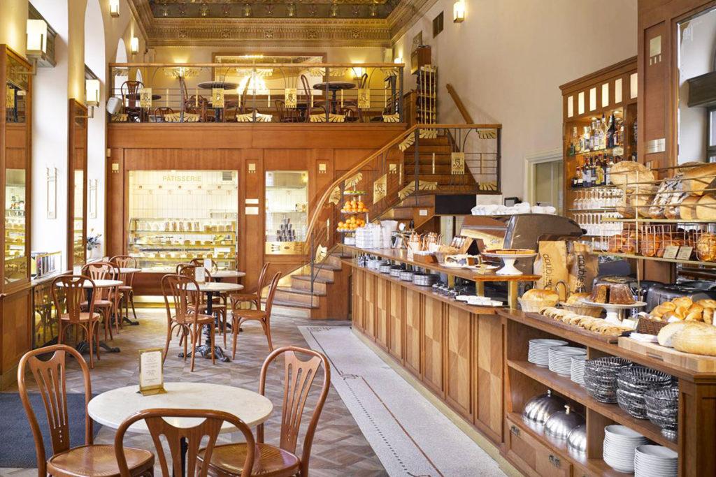 Cafe Savoyn sisustus on jugendia, vai meneeköhän tämä jo art decon puolelle? Kuva: Savoy