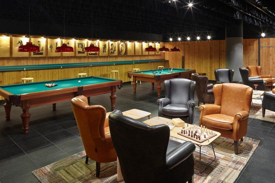 Hotellin baarissa voi pelata bilistä ja shakkia. ©Casa Camper