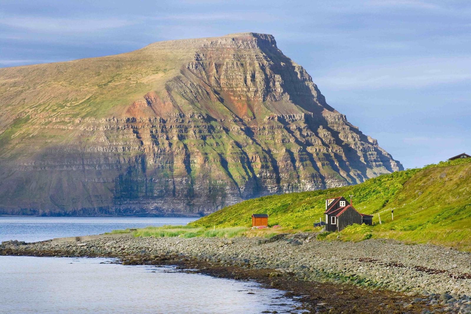 Mökki rantamaisemilla! Islannin vuokramökit tosin usein sijaitsevat hyvien tieyhteyksien varressa. (Kuva: Björgvin Hilmarsson)