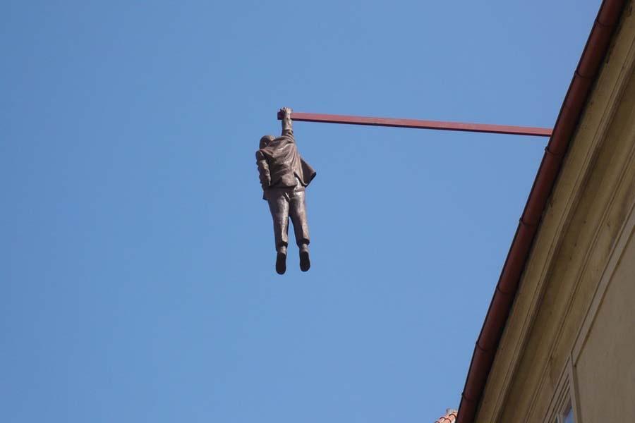 Vahanukkien lisäksi Prahassa riittää ihmettelemistä julkisessa taiteessa. Mitä tuo setä tuolla tekee?