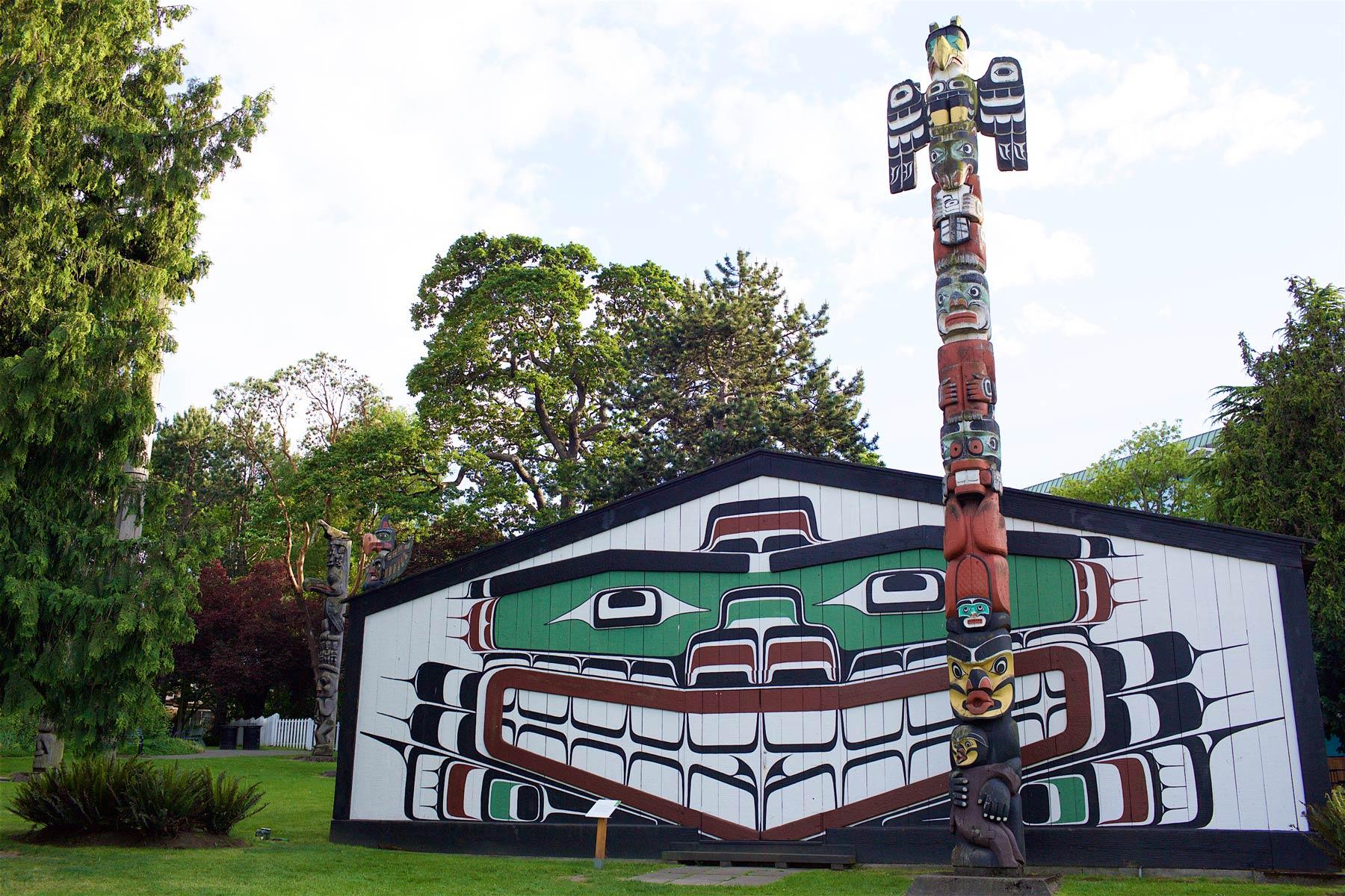 Thunderbird Parkissa Victorian keskustassa on useita toteemeja, joista ensimmäiset pystytettiin 1940-luvulla. (c) Alex Kampion/tripsteri.fi