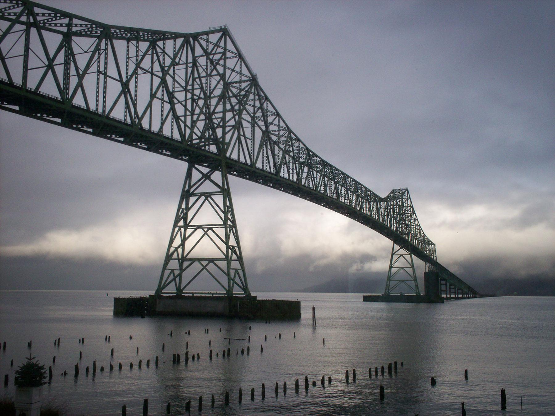 Yli kuusi kilometriä pitkä Astorian silta ylittää Columbia-joen ja vie samalla Washingtonista Oregoniin. (c) thirteenthbat/Flickr.com, CC 2.0
