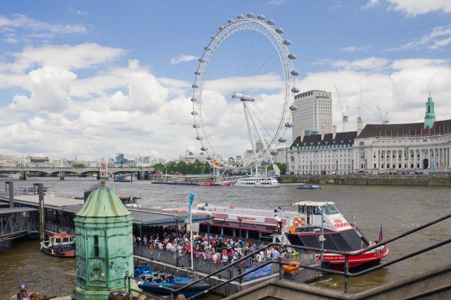 Thamesin jokilaiva Westminsterin laiturissa taustallaan London Eye -maailmanpyörä © Milla Kontkanen