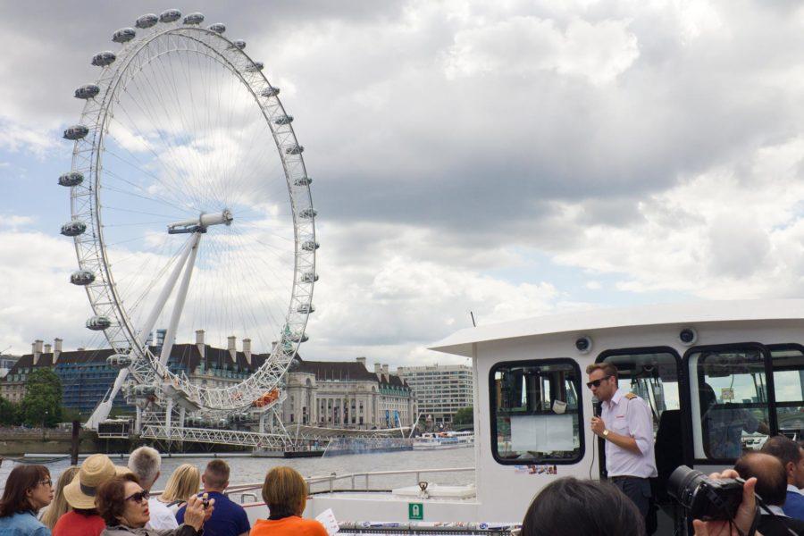 Live-opas kertoo London Eye -maailmanpyörästä © Milla Kontkanen