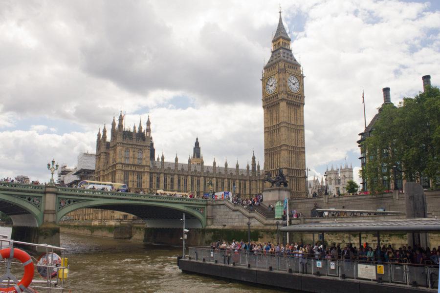 Parlamenttitalo ja Westmisterin laituri Thames-joen laivasta käsin © Milla Kontkanen