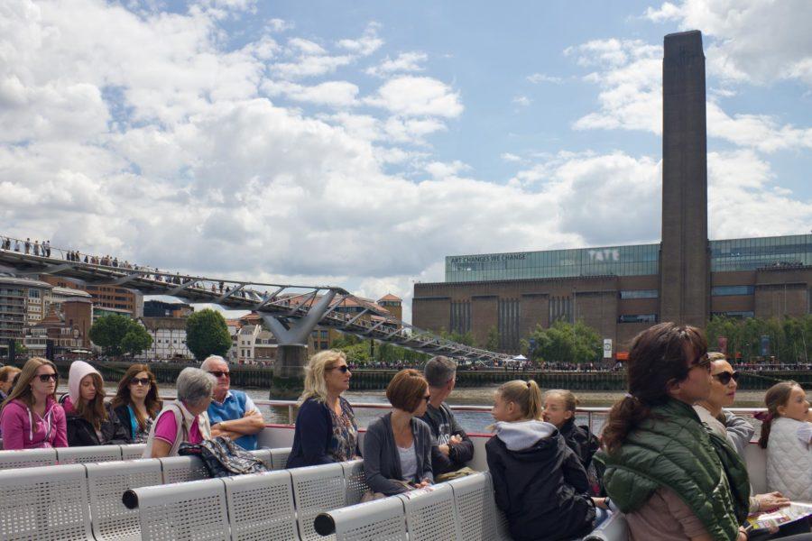 Thames-joen laiva kulkee Tate Modernin ohi © Milla KontkanenThames-joen laiva kulkee Tate Modernin ohi © Milla Kontkanen