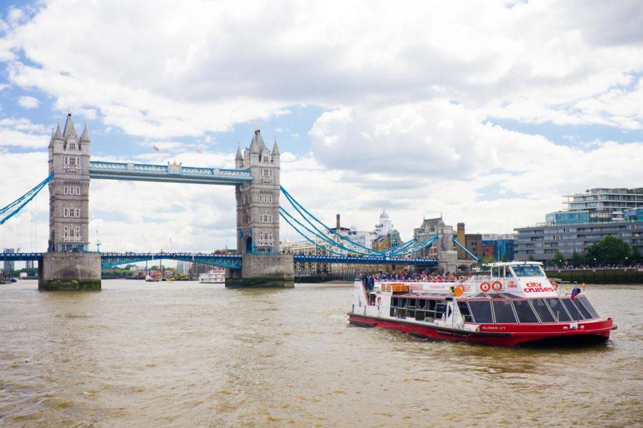 Thames-joen laiva ja Tower Bridge © Milla Kontkanen