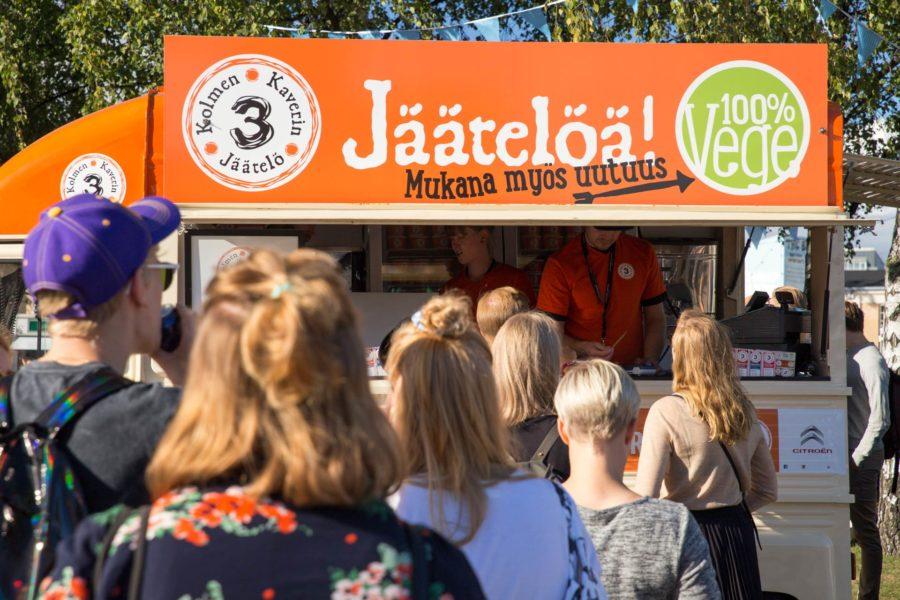 Uutta vegaanista jäätelöä jonotettiin festareilla hartaasti. Flow Festival 2016 © tripsteri.fi / Tuulia Kolehmainen