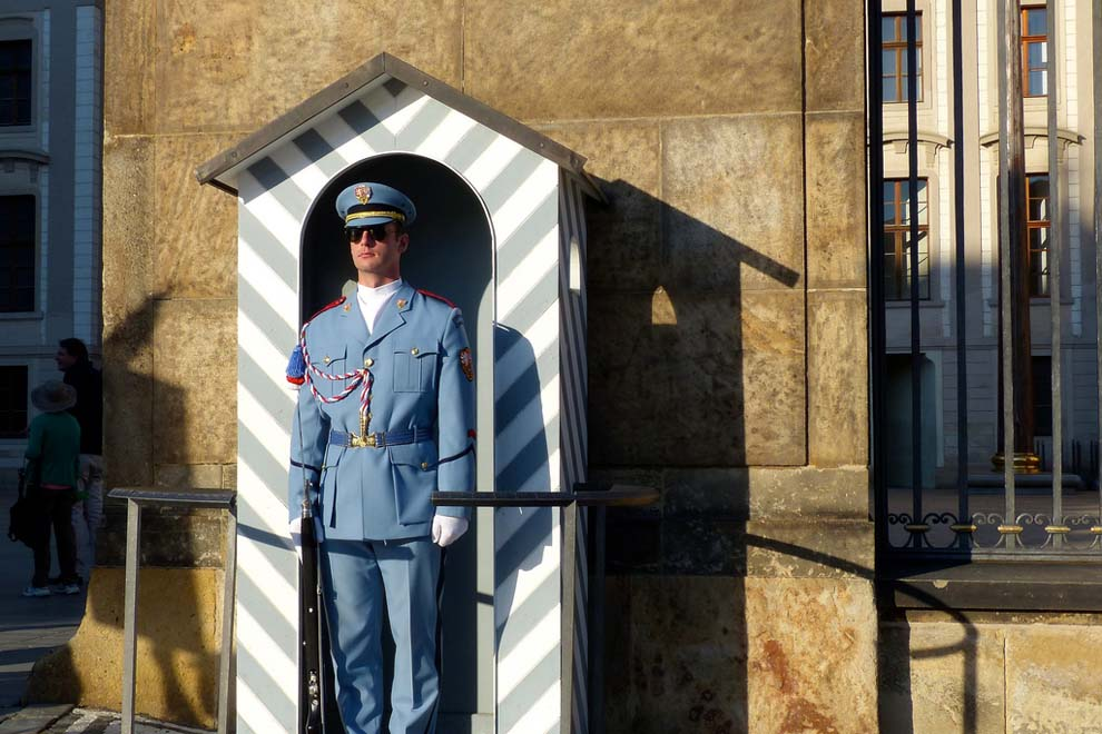 Prahan linnan vartijoilla on tyylikkäät univormut. Kuva: Roman Boed, Flickr CC