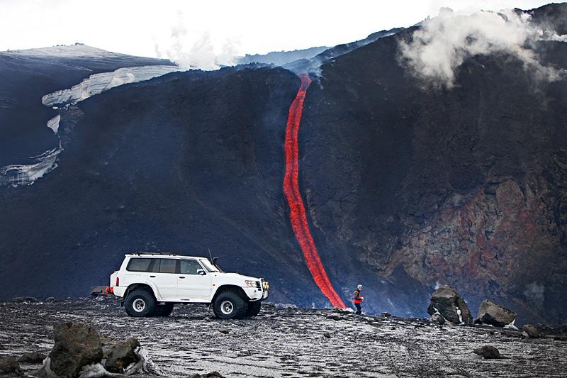 Näin lähelle tulivuorta ei saisi kyllä ajaa. (Kuva: Björgvin Hilmarsson)