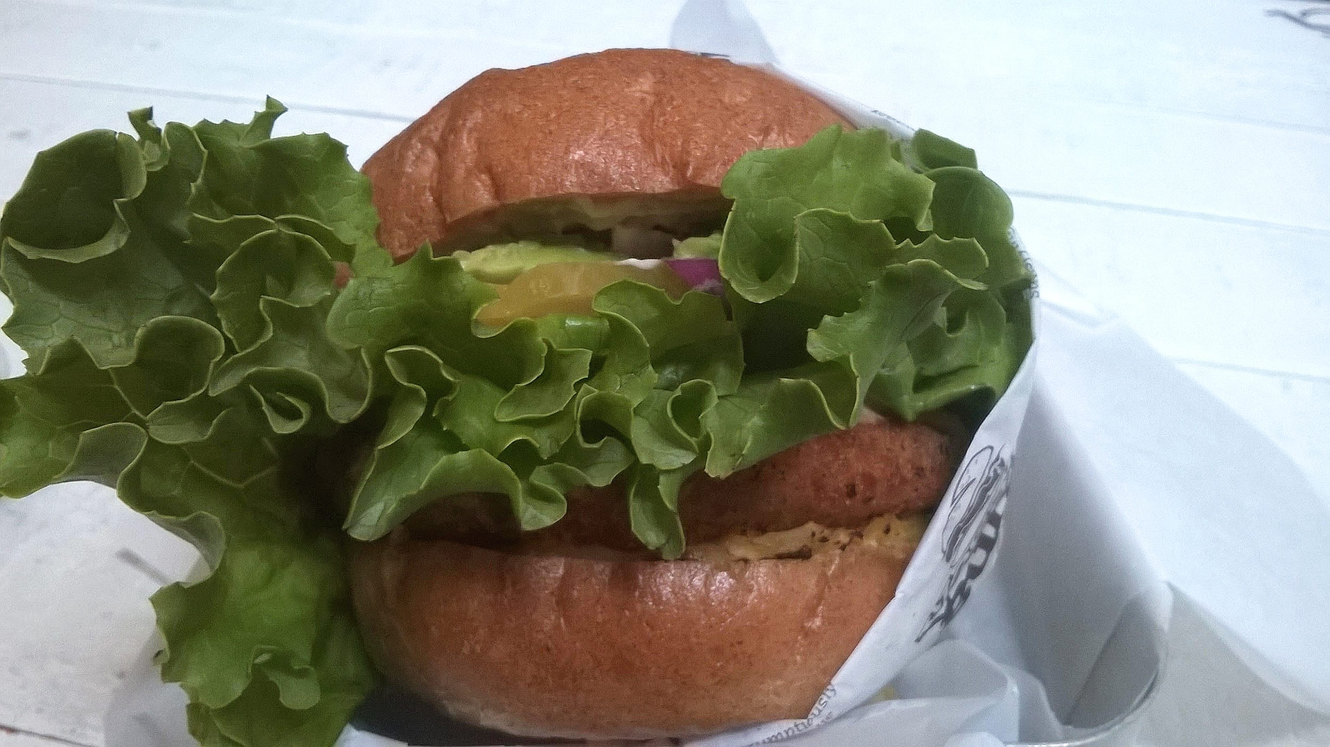 Veganburgin Hawaiian Teriyaki -hampurilainen. Kuva: Reetta Kemppi