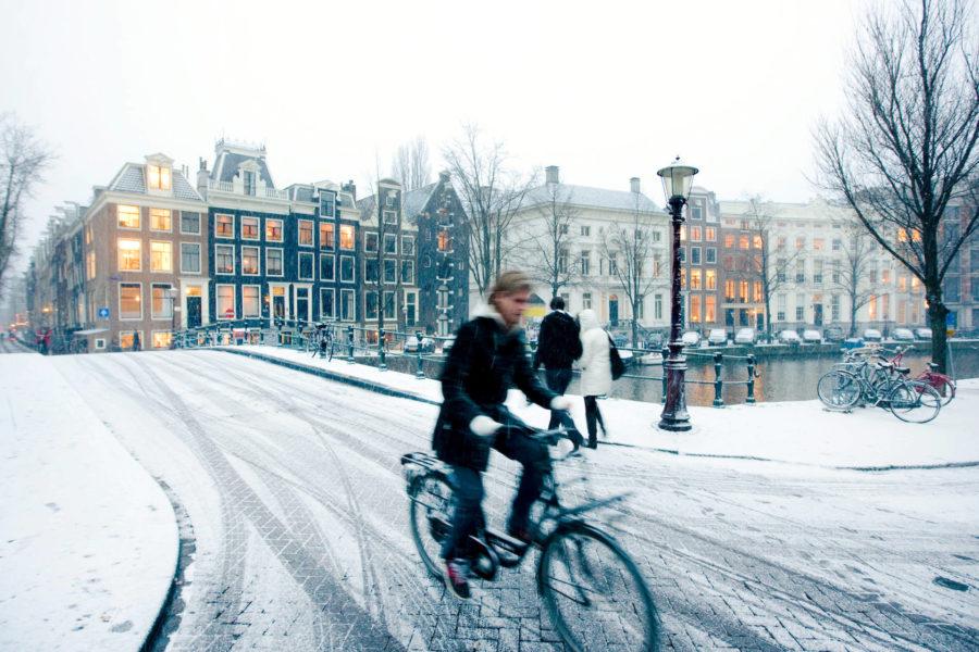 Oli keli mikä tahansa, hollantilainen taittaa matkan pyörän selässä. © Cris Toala Olivares