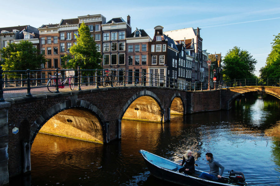 Veneajelua Amsterdamin kanavissa – © Cris Toala Olivares