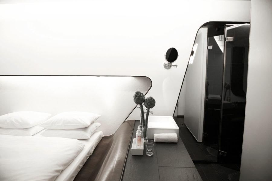 Q!-hotellin tyylikäs standardihuone.