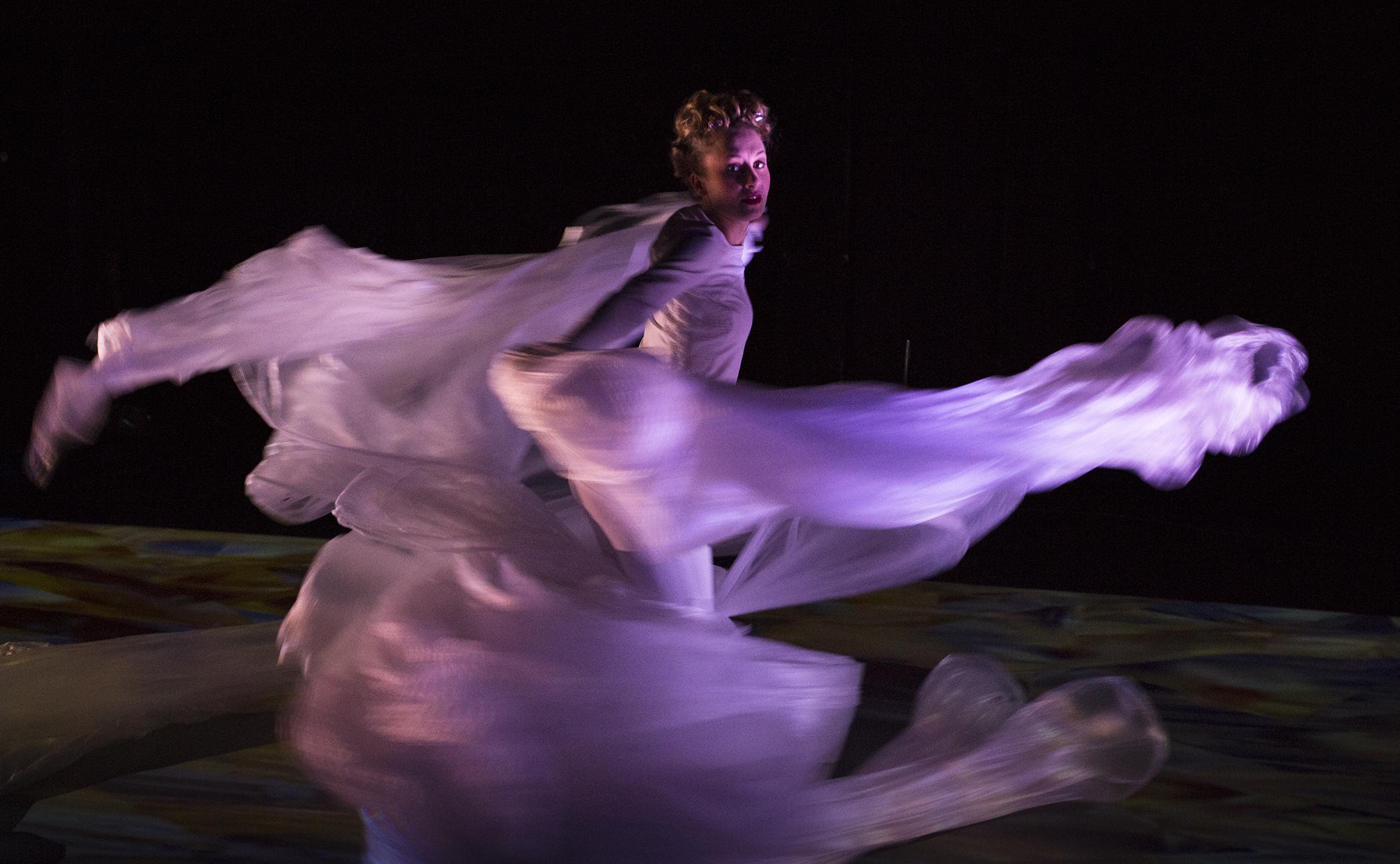 Sisäänsukellettava videotanssiteos Flora & Fauna sai ensi-iltansa Tanssiteatteri Hurjaruuthissa huhtikuussa 2017. Kuva: Arja Pettersson