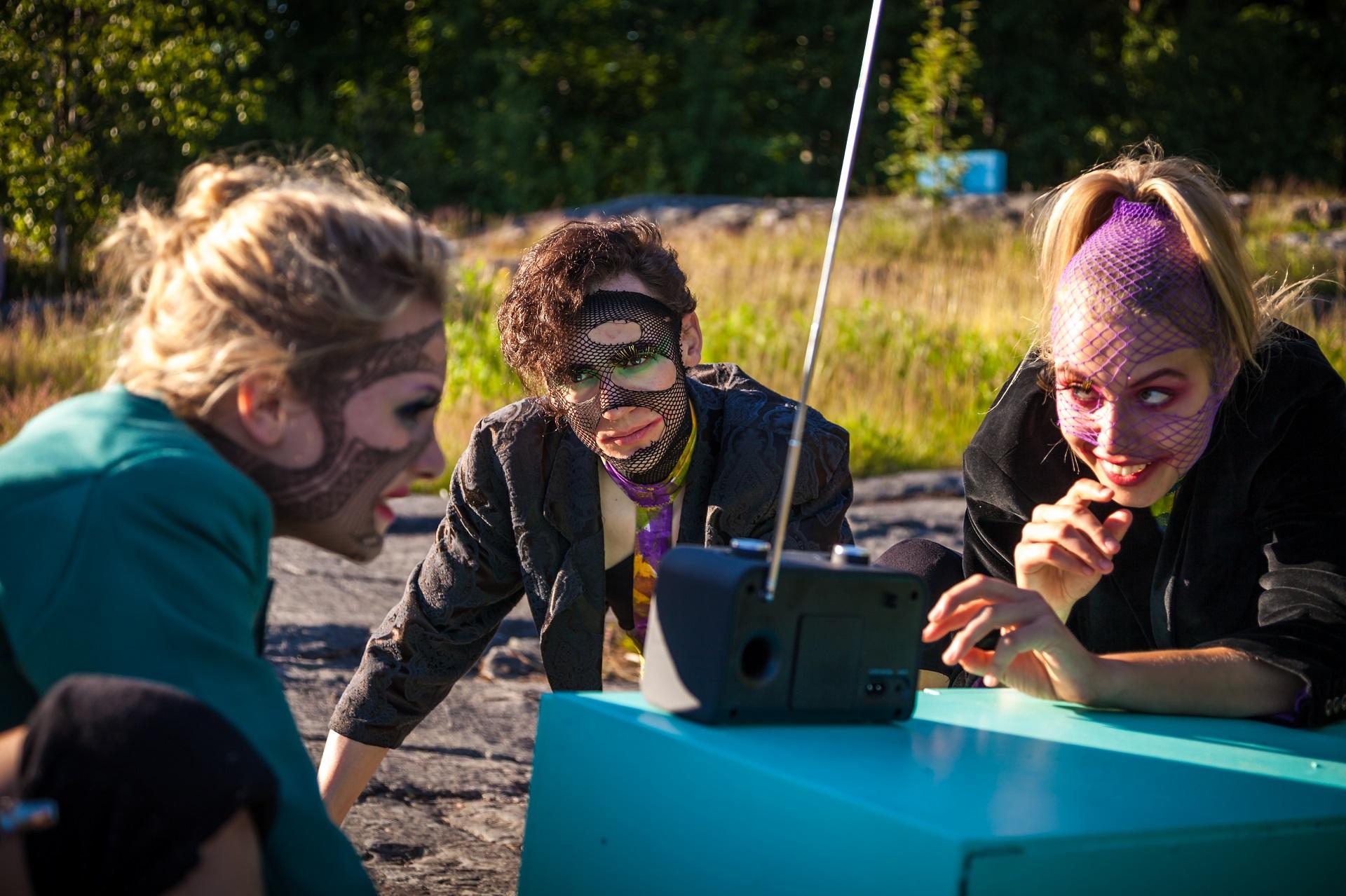 Ylioppilasteatterin kesän 2017 esitys Mustikkamaalla on immersiivinen Kesäyön uni. Kuvassa vasemmalta Ilana Palmgren, Deniz Kaya ja Reetta Koivukoski. Kuva: Veera Konsti