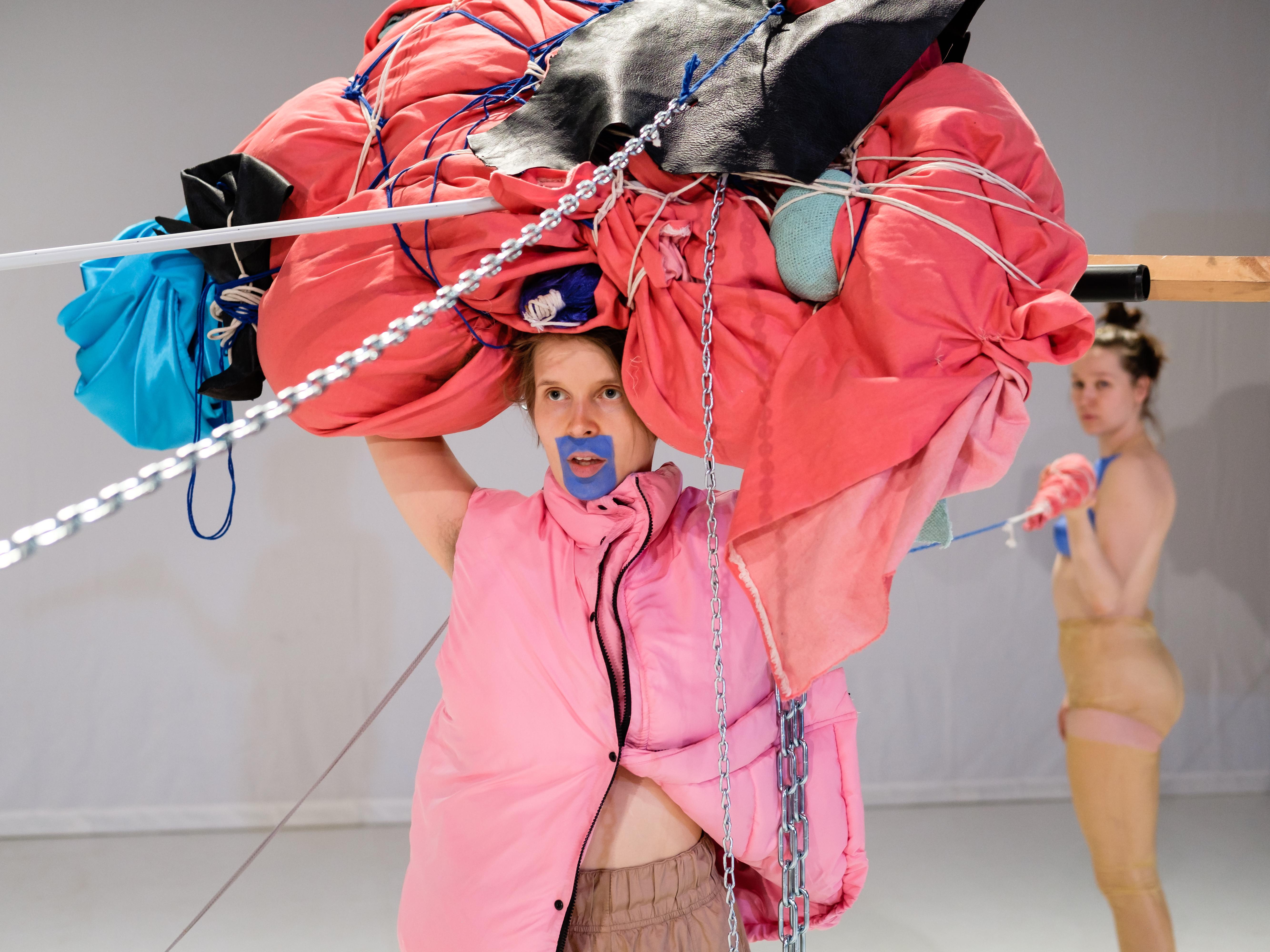 Sonja Jokiniemen esitys Blab saa ensi-iltansa Zodiakissa marraskuussa 2017. Kuvassa: Mira Kautto (vas.), Sara Gurevitch. Kuvaaja: Tomas Uyttendaele