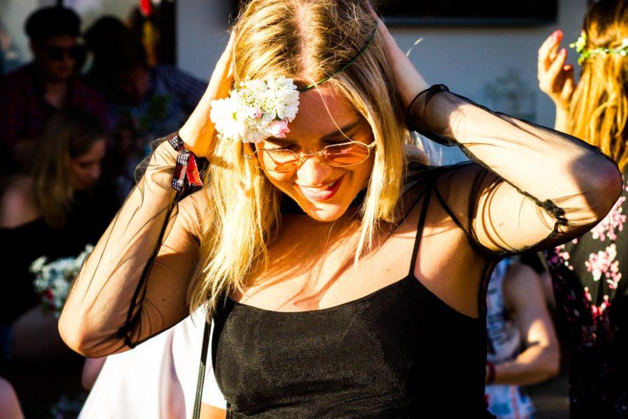 Tämän vuoden festarihitti olivat kukkaseppeleet. © Aapo Kojo