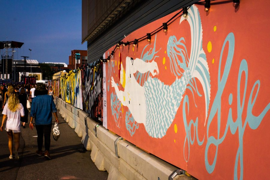 Aalto-yliopiston opiskelijat olivat tehneet sisäänkäynnistä johtavan seinän maalaukset. © Aapo Kojo