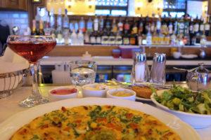 Aamupalaa ja mimosa-drinkki Benedict-ravintolassa-
