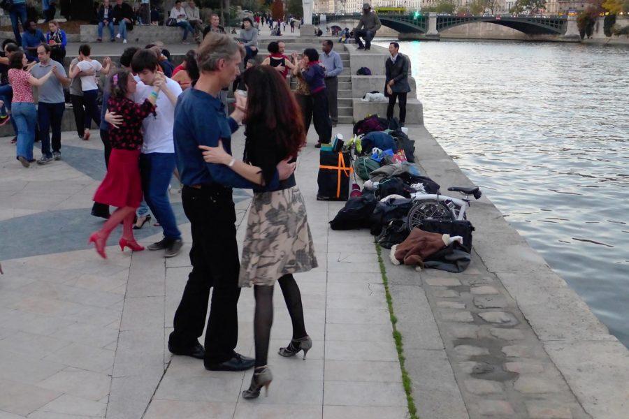 Tangoa Seinen varrella