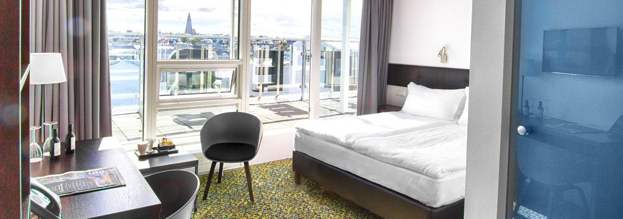 Plaza-hotellissa on isot ikkunat suoraan keskustaan. Illaksi verhot kiinni, niin oma rauha on taattu. Kuva: Center Hotels.