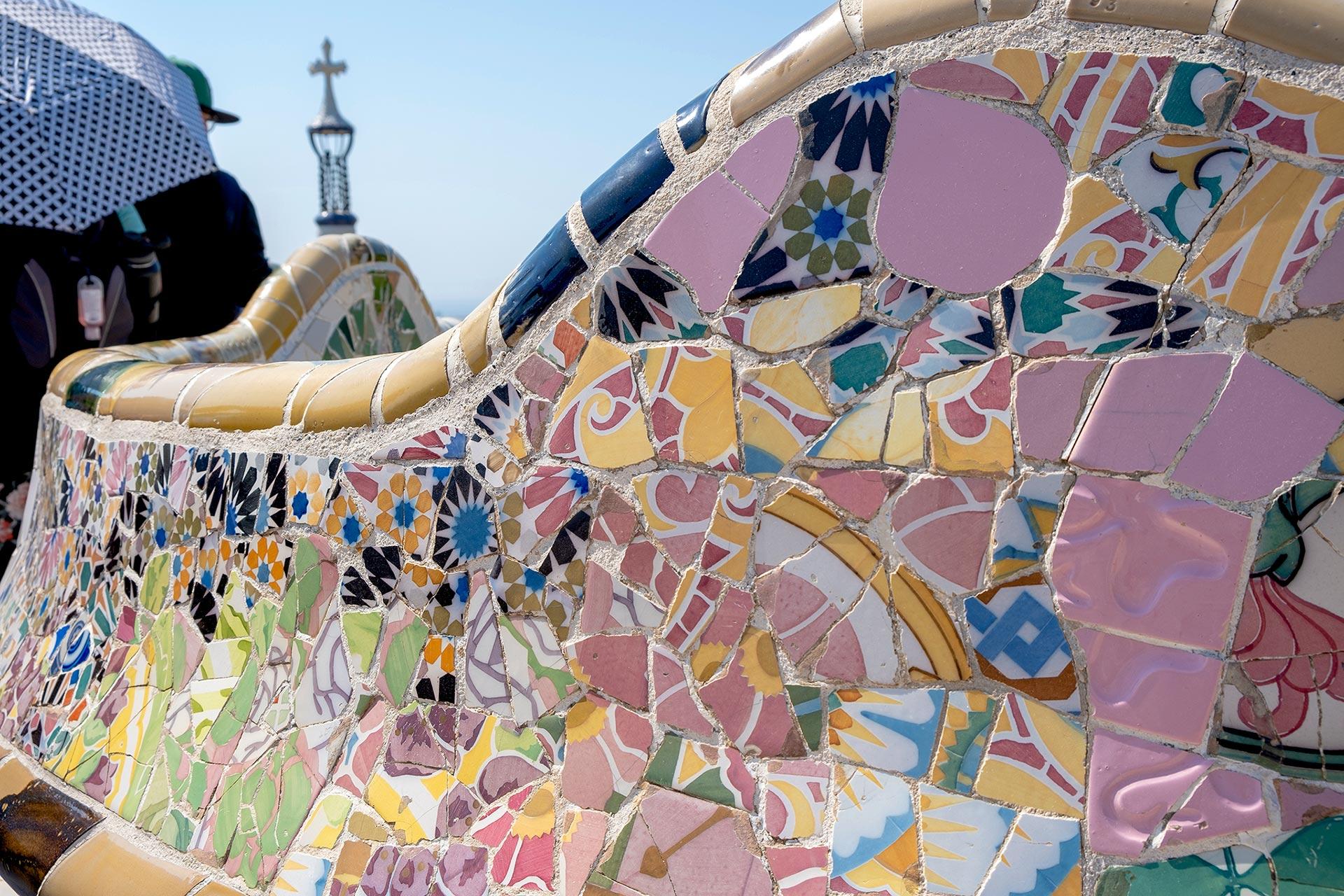 Yksityiskohta Gaudin mosaiikista, Park Güell © tripsteri.fi / Tuulia Kolehmainen