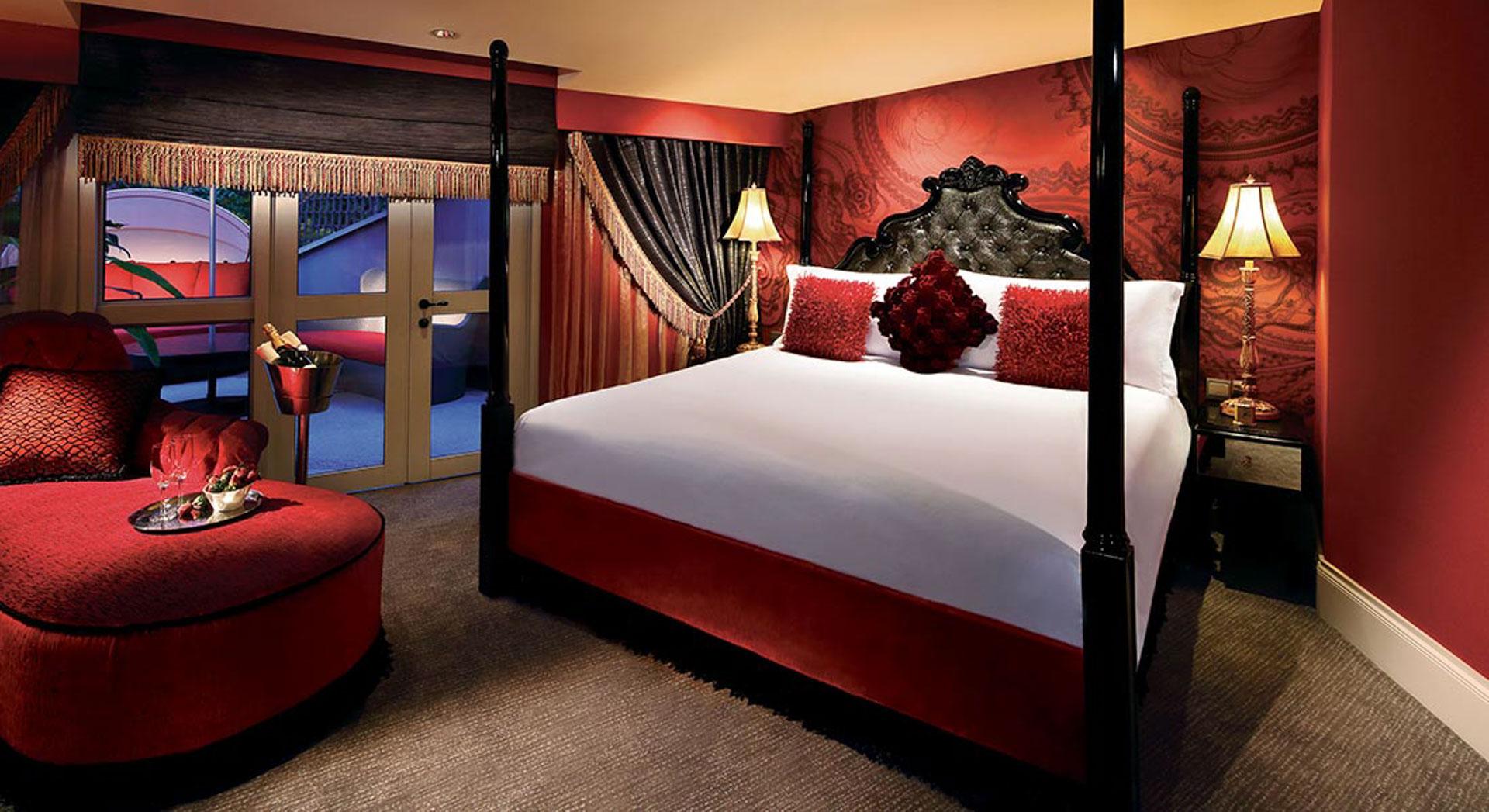 Pehmoisessa Hästenssin sängyssä saa hyvät unet. Kuva: The Scarlet Singapore