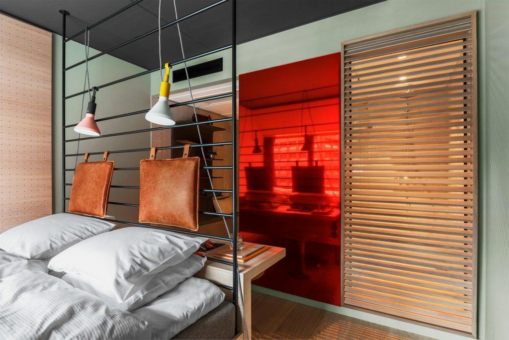 HOBOn huoneet ovat pienet mutta tehokkaasti sisustetut. Kuva: HOBO Hotel